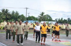 Pangdam XVIII Kasuari, Mayjen TNI Joppye Onisimus Wayangkau bersama Kapolda dan PJU Polda Papua Barat mengikuti olahraga di halaman Mapolda Papua Barat, Jumat (29/6/2018)