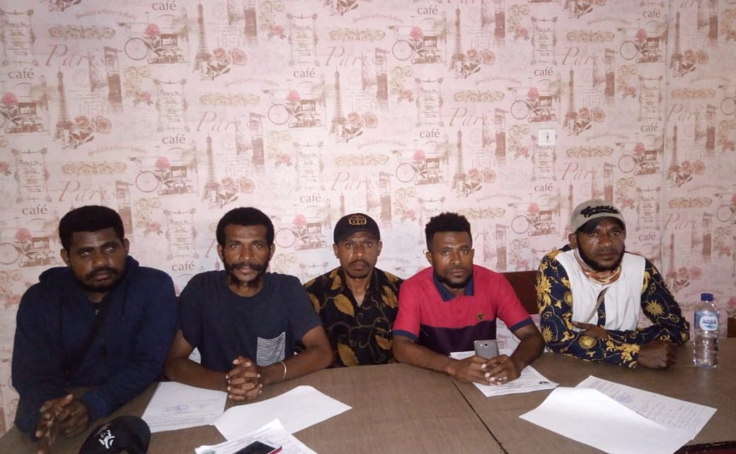 Pengurus Karateker Asosiasi Mahasiswa, Pemuda dan Pelajar Papua Barat Provins Papua Menggelar Konfrensi Pers di Hotel Mokwan, Manokwari, Jumat (1/6/2018)