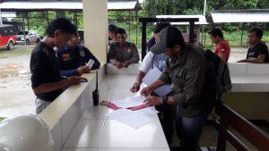 Penyidik Streskmri Polres Teluk Bintuni dan pemilik 6 Jenis Satwa Liar Dilindungi Menendatangai Surat Penyerhan Satwa