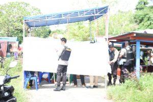 Personil Sabhara Polda Papua Barat menjaga pelaksanaan otopsi mayat bayi di TPU Pasir Putih,Kabupaten Manokwari, Sabtu (2/6/2018)