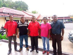 Pimpinan dan Anggota MRPB Mendampingi Korban Penembakan membuat LP di Mapolres Sorong Kota, Senin (18/6/2018)