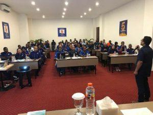 Sekretaris DPW Partai NasDem Papua Barat, Rocky L. Mansawan,S.E memberikan materi kepada peserta Rapat Pleno DPW NasDem PB di Hotel Vega Sorong, Jumat (1/6/2018)