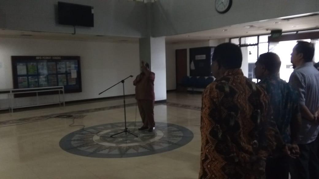 Wali Kota Sorong, Drs Ec. Lamberthus Jitmau,M.M memimpin apel Perdana di Kantor Wali Kota Sorong, Kamis (21/6/2018)