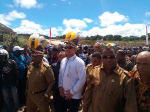 Bersama Perwakilan Kemendagri, Gubernur Papua Barat Menyaksikan Langsung Penyelesaian Adat terkait Konflik Ibukota Maybrat di Alun-alun Vatmayaf Kumurkek, Sabtu (21/7/2018)