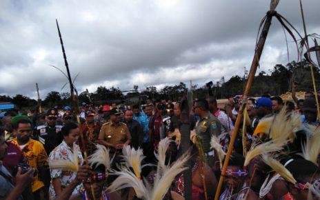 Gubernur PB, Drs Dominggus Mandacan disambut Tarian Ada Suku-suku Maybrat saat menghadiri Pesta Perdamaian Adat di Kumurkek, Sabtu (21/7/2018)