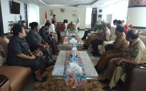 Gubernur Papua Barat, Drs Dominggus Mandacan menggelar pertemuan dengan Forkopimda Papua Barat di ruang kerjanya, Selasa (3/7/2018)