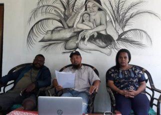 Koordinator Umum PFW bersama juru bicara usai menyerahkan press release ke Wartawan