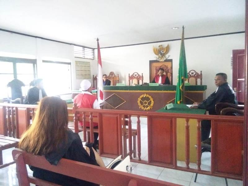 Umar Dempa, pemilik 13 bungkus plastik narkotika jenis sabu saat mendengar putusan majelis hakim