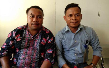 Kuasa hukum Jeneth Manggola, Uddin Wainsyaf (batik merah) bersama rekannya Mardin (biru muda) yang melayangkan Somasi kepada Manager Yayasan Misool Baseftin