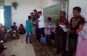 Abdullah Gazam, ketua PKB PB beserta YASEPA memberikan bantuan dana yang bersumber dari Muhaimin Iskandar. / (foto : mohan)