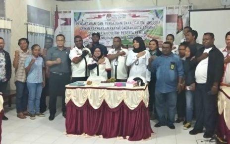 Komisioner KPU Kota Sorong foto bersama usai penutupan Pendaftaran Bacaleg