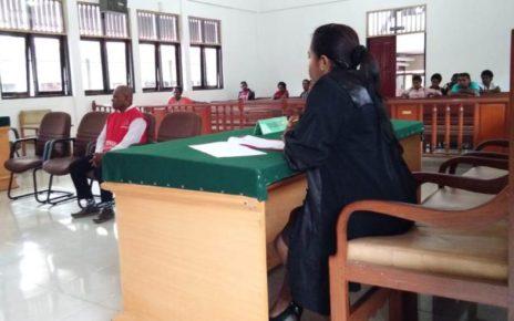 Terdakwa DB saat menjalani persidangan kasus percobaan pembunuhan di Pengadilan Negeri Kelas Ib Sorong. / (foto: Junaedi)
