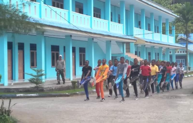 Para pelajar tengah menjalankan pelatihan baris-berbaris