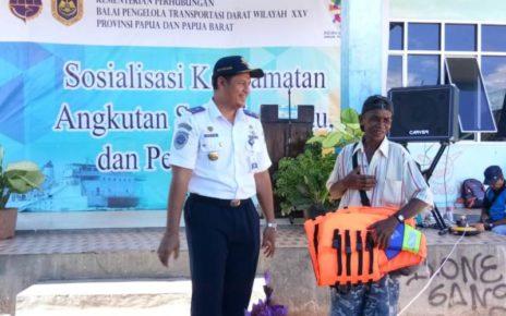 Putu Sumarjaya, Kepala Balai Pengelola Transportasi Darat Wilayah XXV Provinsi Papua dan Papua Barat membagikan Jaket Pelampung kepada masyarakat. / (foto: Marni)