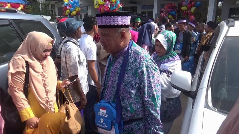 Salah satu Calon Jemaah Haji yang akan berangkat ke Makassar. / (foto: Junaedi)