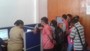 Warga yang tengah mengurusi KTP-E di Kantor Capil Kabupaten Tambrauw. / (foto: Trisnah)