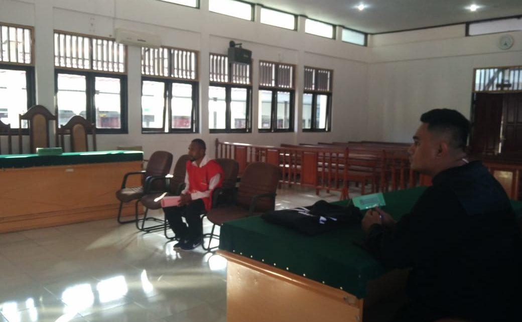Terdakwa FH disidang dalam ruang sidang utama Pengadilan Negeri Sorong./ (foto: Junaedi)