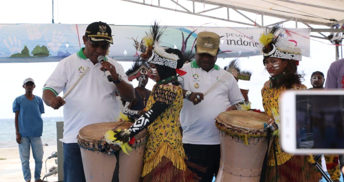 Faris Umlati, Bupati Raja Ampat beserta wakilnya membuka Festival Geopark tahun 2018 di Waisai.