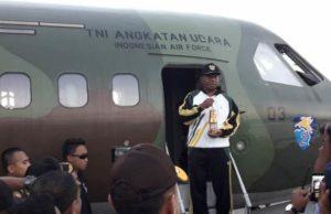 Gubernur Papua Barat, Dominggus Mandacan saat menyambut Obor Api Asean Games di Bandara DEO Sorong. / (foto: Sumarni)