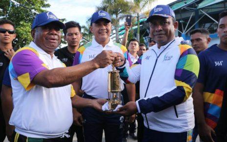 Gubernur Papua Barat, Dominggus Mandacan bersama Bupati Raja Ampat, Abdul Faris Umlati foto bersama sambil memegang Obor Api Asean Games. / (foto: Dewi)