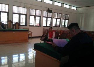 MAF yang didampingi Kuasa Hukumnya saat mengikuti persidangan / (foto: Djunaedi)