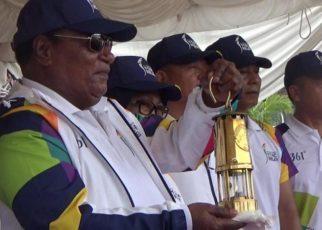 Walikota Sorong, Lambert Jitmau saat memegang Obor Api Asian Games./ (foto: Djuanedi)