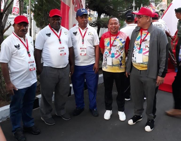 Bupati Tambrauw, Gabriel Asem (kiri), Bupati Kab Sorong, Jhony Kamuru (tengah), Bupati Kabupaten Raja Ampat (topi biru) dan peserta lain dari kementrian