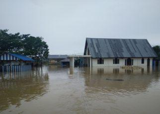 Tampak Gereja Jemaat Marturia, Jalan Arteri-Rawa Indah yang terendam banjir hingga ketinggian lutut orang dewasa