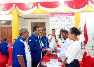 Ketua DPD Partai Demokrat Papua Barat, Abdul Faris Umlati menyerahkan dokumen syarat pencalonan kepada KPU Papua Barat, Selasa (17/7/2018)