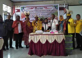 Ketua DPD Partai Golkar Kota Sorong, Lambert Jitmau bersama pengurusnya foto bersama di Kantor KPU Kota Sorong