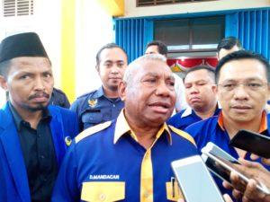 Ketua DPW Partai NasDem Papua Barat,Drs Dominggus Mandacan saat memberikan keterangan pers kepada awak media
