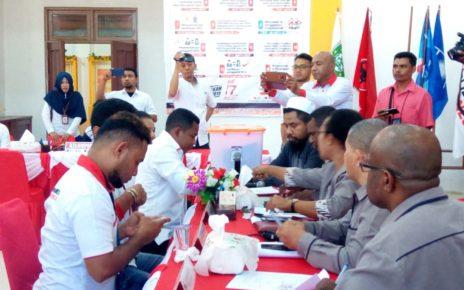 Ketua DPW Partai Perindo, Marinus Bonepay Menandatangani Berita Acara Pendaftaran Caleg di Kantor KPU Papua Barat, Senin (9/7/2018)