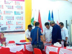LO dan Operator Partai NasDem bersama Staf KPU Papua Barat melakukan verifikasi berkas calon