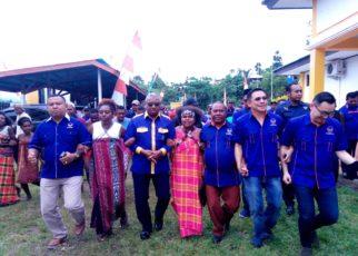 Tarian Adat Papua Mengantar Ketua DPW Partai NasDem Papua Barat bersama calegnya ke KPU Papua Barat, Selasa (16/7/2018)