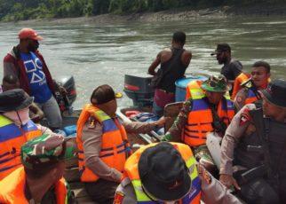 Tim Gabungan Pencarian dua anggota Polres Puncak Jaya mulai star perjalanan