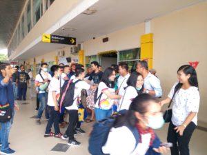 Tim Paduan Suara Mahasiswa Atma Jaya Yogyakarta di Bandara di Bandara Rendani Manokwari disambut Kamajaya Manokwari Minggu (15/7/2018)