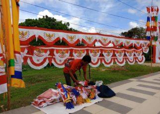 Saiful, salah satu pedagang bendera merah putih di Jalan Basuki Rahmat, kilomete 8 Kota Sorong. / (foto: Marni)