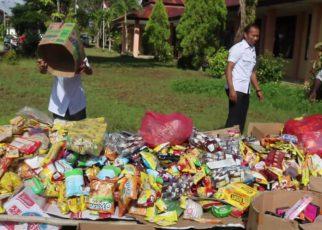 Makanan, Minuman Kadaluarsa dan Kosmetik Ilegal yang dimusnahkan oleh Disperindag Kabupaten Sorong. / (foto: Djunaedi)