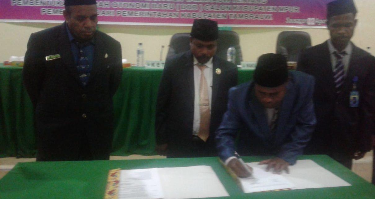 Penandatanganan Persetujuan DOB Kabupaten Mpur. / (foto: Trisatrisnah)