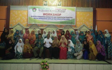 Berpose bersama usai acara pembukaan workshop pendidikan karakter/(foto:SorongRaya)