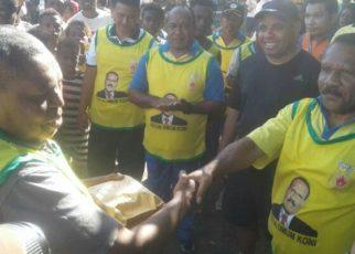 Gabriel Assem, Ketua KONI Kabupaten Tambrauw, saat menyerahkan uang pembinaan kepada peserta lombalari marathon/(foto: Trisnah)