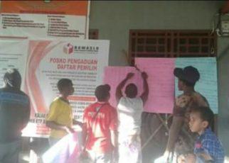 Warga yang tak terima dengan hasil seleksi Anggota Bawaslu, melakukan aksi pemalangan/(foto: Trisatrisnah)