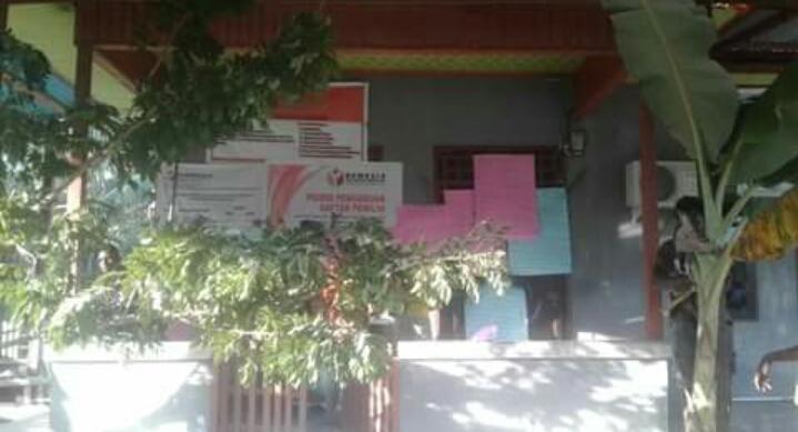 Tampak Kantor Bawaslu Tambrauw dipalang menggunakan Kayu dan Pohon Pisang/(foto: Trisatrisnah)