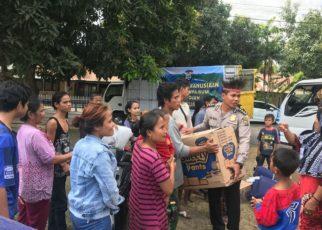 Kabid Keu Polda Papua Barat, AKBP Jaya Misa menyerahkan bantuan kepada korban gempa di Lombok Utara, NTB, Jumat (10/8/2018)