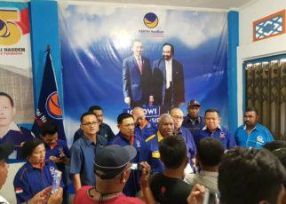 Ketua DPW NasDem Papua Barat, Drs Dominggus Mandacan Menggelar Konfrensi Pers di Sekretariat NasDem PB, Manokwari, Kamis (16/8/2018)