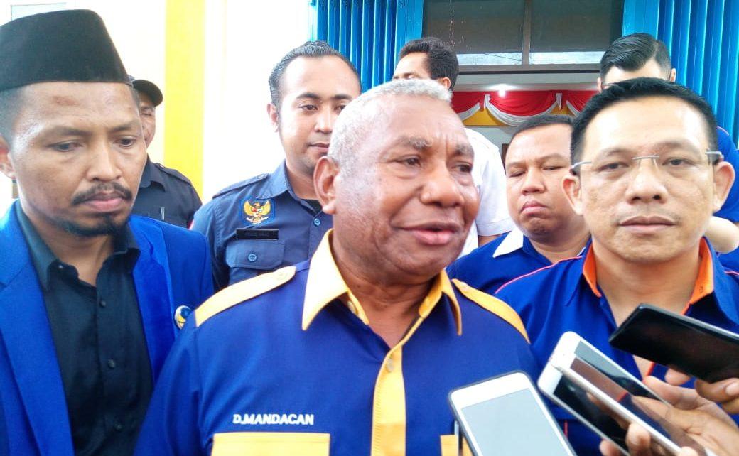 Ketua DPW Partai NasDem Papua Barat, Drs Dominggus Mandacan didampingi fungsionaris NasDem memberikan keterangan pers kepada awak media di Manokwari belum lama ini
