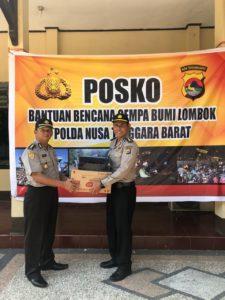 Mewakili Polda Papua Barat, AKBP Jaya Misa menyerahkan bantuan peduli kemanusian korban gempa NTB kepada Karo SDM Polda NTB di Posko Mapolda NTB, Jumat (10/8/2018)