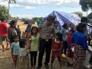 Mewakili Polda Papua Barat, Kabid Keu Polda Papua Barat, AKBP Jaya Misa mengunjungi posko pengungsian korban gempa di Lombok Utara, Jumat (10/8/2018)