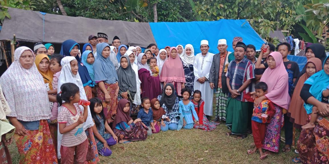 Tim Kemanusiaan Partai Garuda yang juga Ketua KADIN Papua Barat, Marlina bersama masyarakat korban genpa di Lombok, NTB