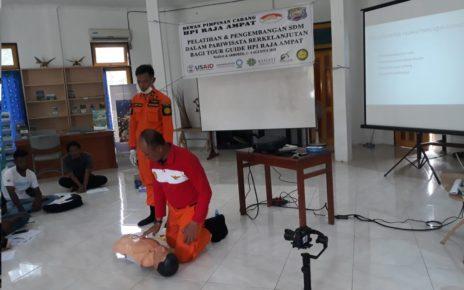 Para pelatih yang mempraktekkan cara penyelamatan kepada peserta pelatihan.
